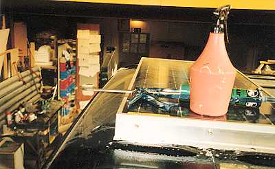 Der Auf / Einbau der Solarzelle auf dem Dach des Fahrzeugs