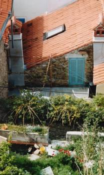 Typischer Hinterhof mit Katze und Schornsteinen
