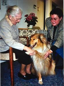 Scott von Belvedere beim Pfötchen-geben-Spiel im Seniorenheim mit Frau Evi Balzar